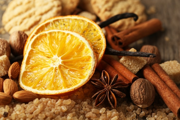 Kerstkruiden, noten en bakingrediënten, close-up