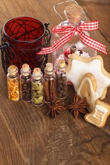 Kerstkruiden voor glühwein of gemberkoekjes in kleine decoratieve flesjes