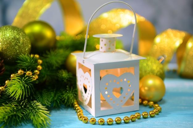 Kerstlantaarn, dennenboom en decoraties op lichte achtergrond