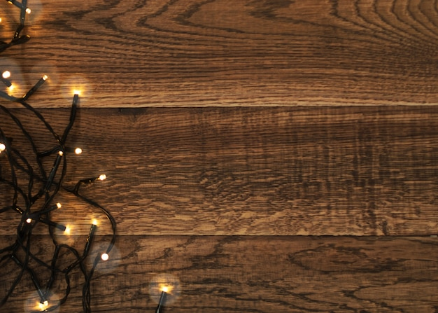 Kerstlicht op houten achtergrond bovenaanzicht met copyspace
