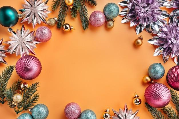 Kerstlijst gemaakt van glanzende versieringen en kerstballen