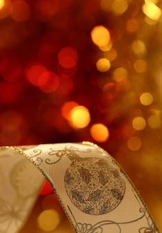 Kerstlint tegen onscherpe achtergrond