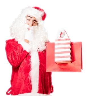 Kerstman attent tijdens het kijken naar twee rode zakken