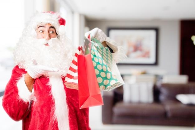 Kerstman die aankoop zakken in een huis