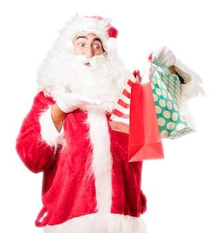 Kerstman die boodschappentassen van kleuren