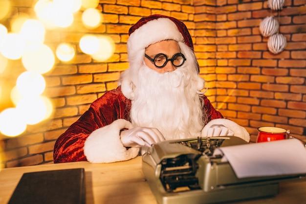 Kerstman die een brief typen