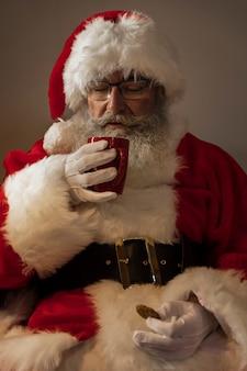 Kerstman die een kopje koffie drinkt