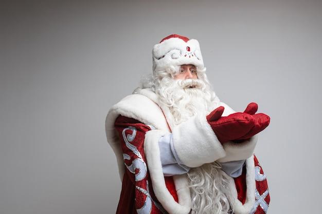 Kerstman die iets vasthoudt en op handen kijkt