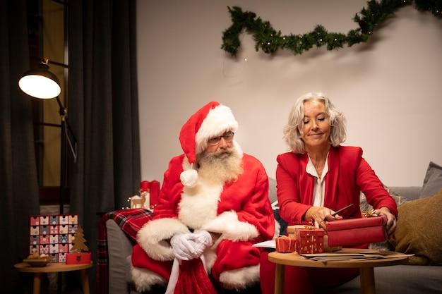 Kerstman en senior vrouw samen