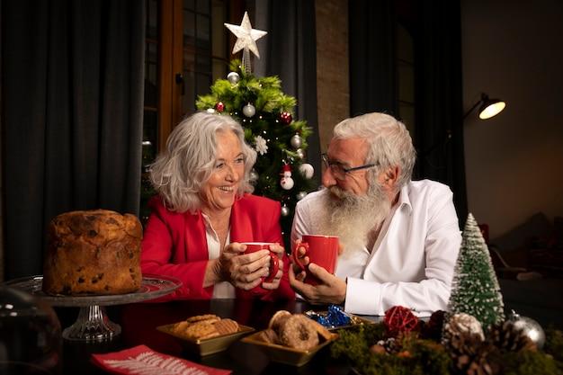 Kerstman en senior vrouw verliefd