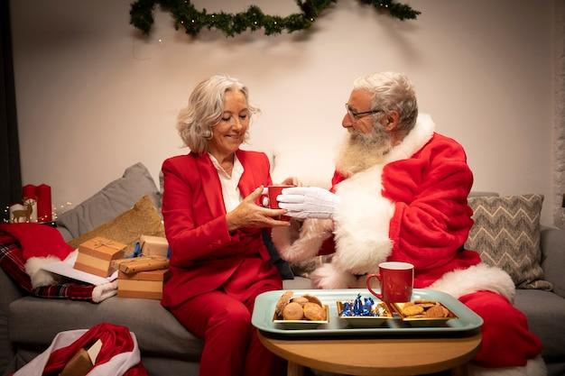 Kerstman en vrouw samen voor kerstmis