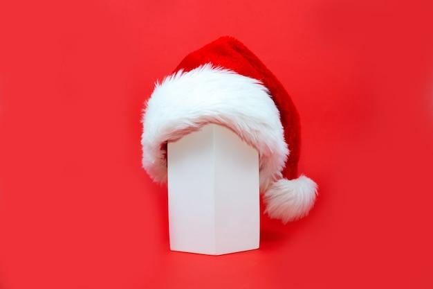 Kerstman hoed met geometrische vorm. kerst minimaal concept.