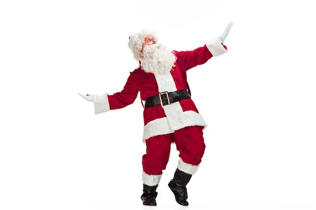 Kerstman in rood kostuum dat op wit wordt geïsoleerd