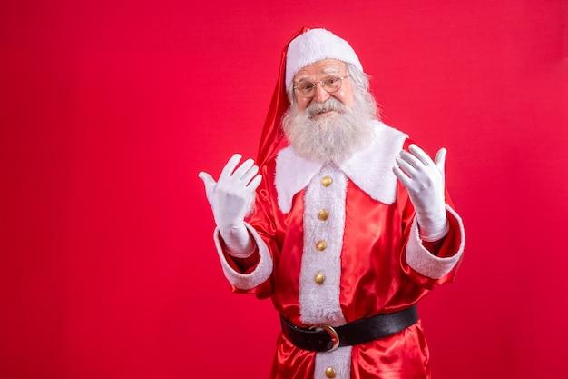 Kerstman in typische kerstkleren.