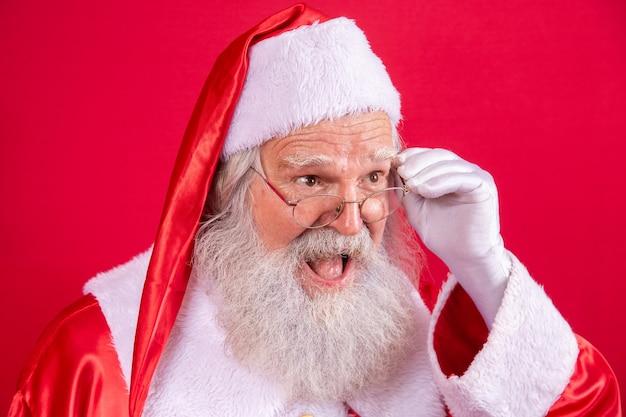 Kerstman kijken naar de camera. kerst komt eraan. vrolijk kerstfeest. de kerstman kijkt toe