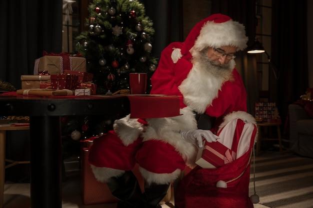 Kerstman klaar om cadeautjes te bezorgen