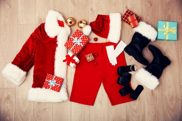 Kerstman kostuum op houten on