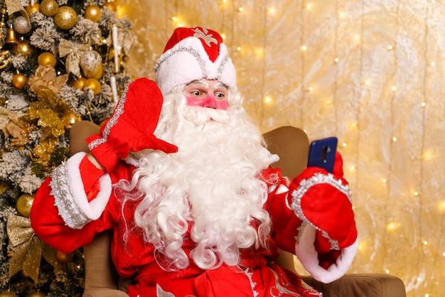 Kerstman maakt selfie-foto's kerstnacht levering van geschenken betoverde kinderdromen videogesprek