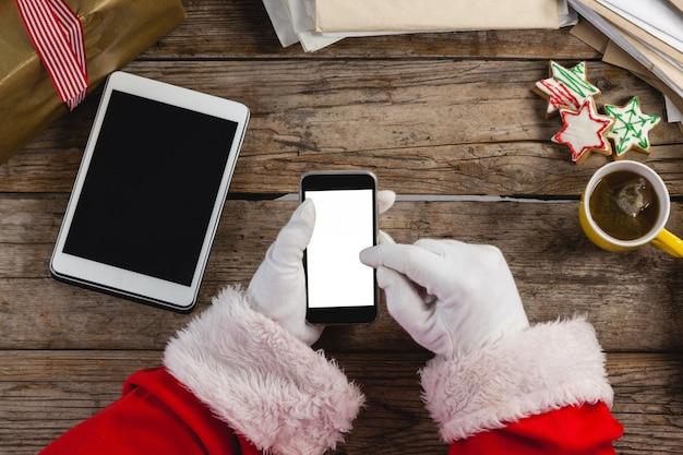 Kerstman met behulp van mobiele telefoon