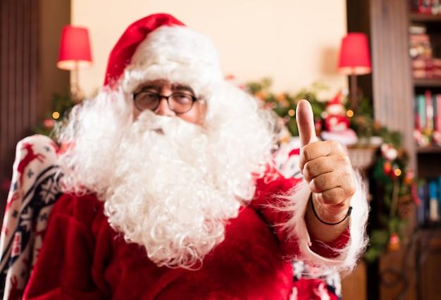 Kerstman met duim omhoog
