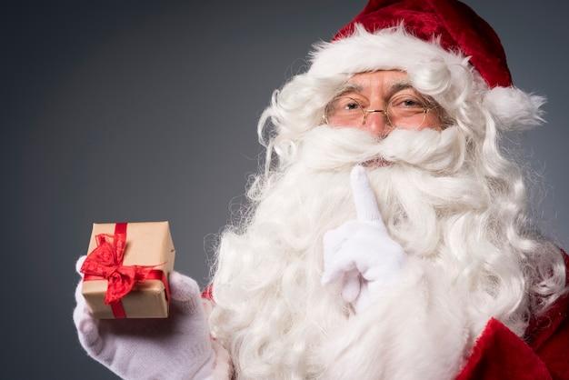 Kerstman met een kleine geschenkdoos