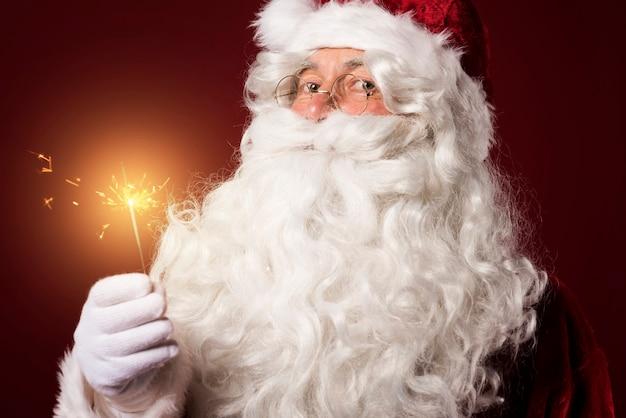 Kerstman met een sterretje op rode achtergrond