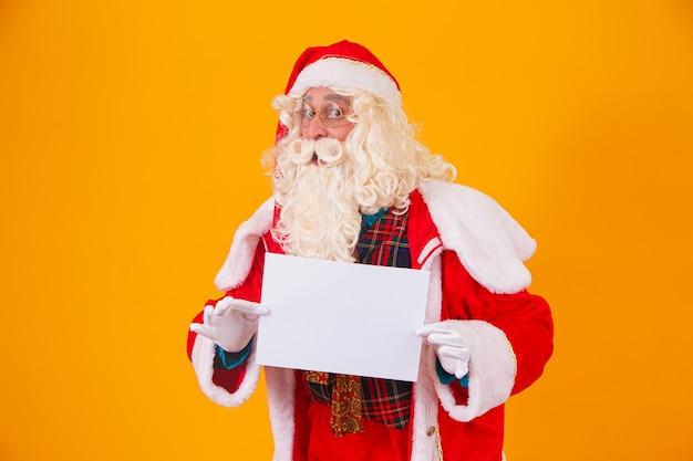 Kerstman met een witte banner met ruimte voor tekst. kerstman met een witte kaart