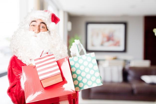 Kerstman met gekleurde aankoop zakken in een huis
