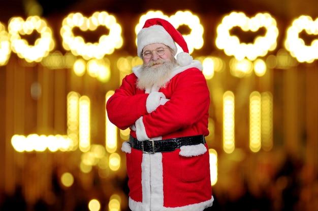 Kerstman met gekruiste armen.