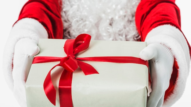 Kerstman met geschenkdoos in handen