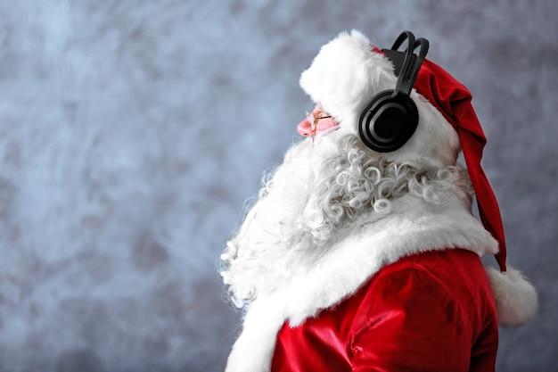 Kerstman met koptelefoon luisteren naar muziek