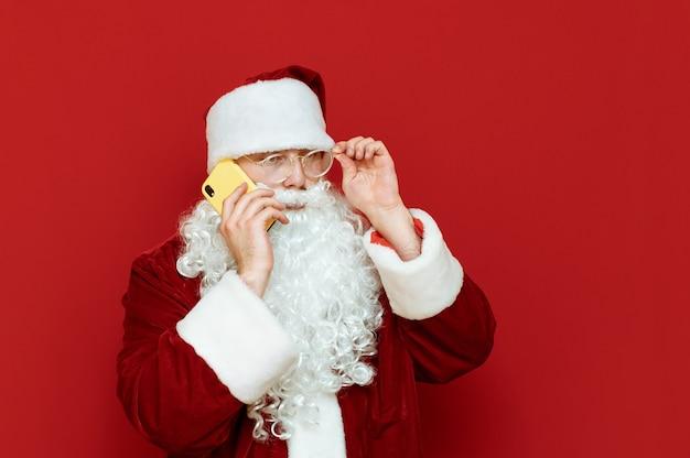 Kerstman met mobiel