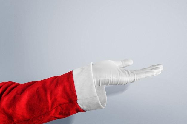 Kerstman met open handgebaar met witte achtergrond. lege ruimte voor exemplaarruimte