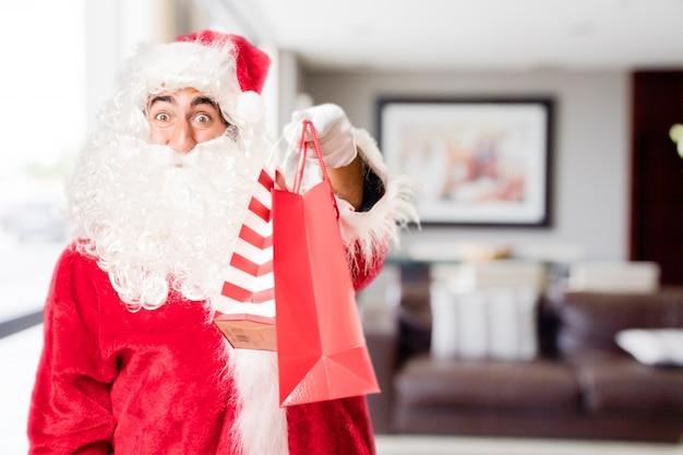 Kerstman met rode aankoop zakken