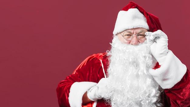 Kerstman met zak gluren op rode achtergrond