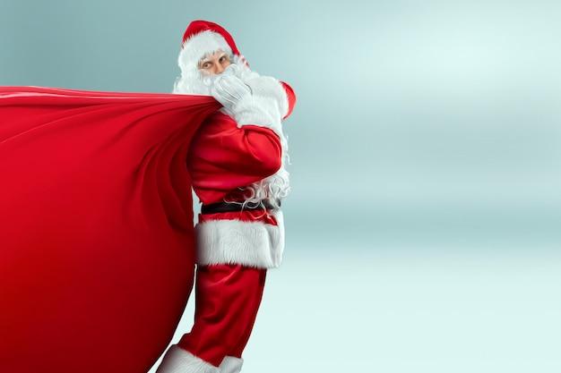 Kerstman met zijn grote rode zak met geschenken