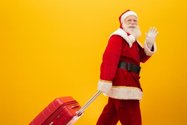 Kerstman met zijn koffer. nieuwjaars reisconcept