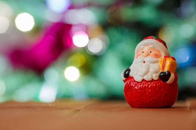 Kerstman op een bokeh lichte achtergrond met kopie ruimte.