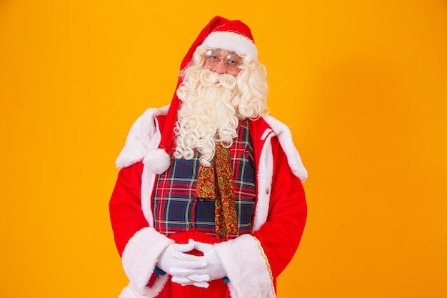 Kerstman op gele achtergrond met ruimte voor tekst