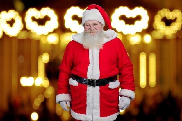 Kerstman op onscherpe achtergrond.
