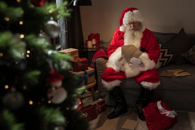 Kerstman opent een brief van een kind