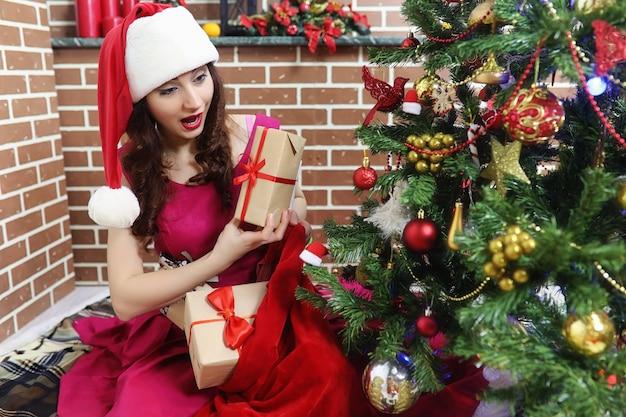 Kerstman paar met kinderen kerstboom
