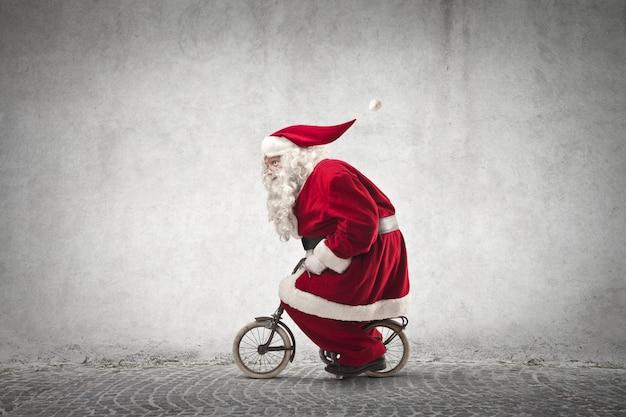 Kerstman rijdt op een kleine fiets