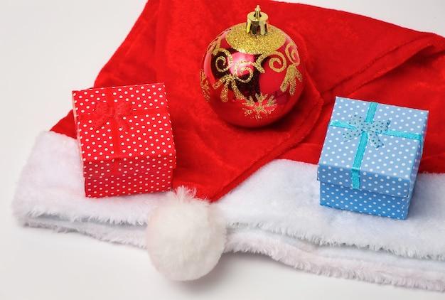 Kerstman rode en witte hoed, speelgoed zeepbel en kerstcadeaus op witte achtergrond.