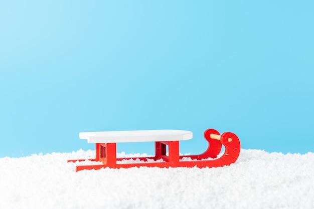 Kerstman slee op sneeuw