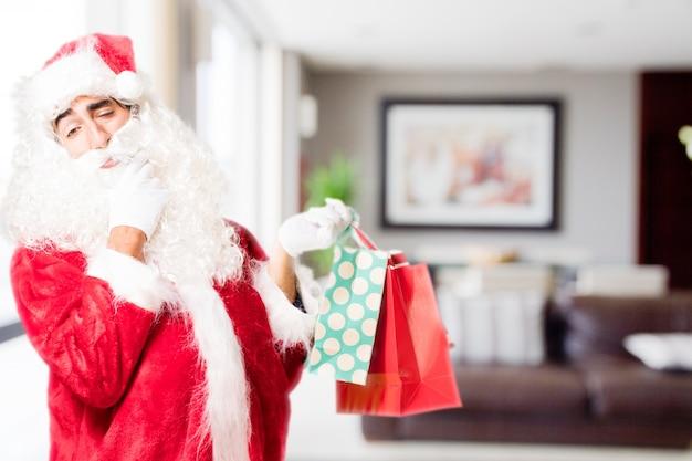 Kerstman streelde zijn baard met aankoop zakken