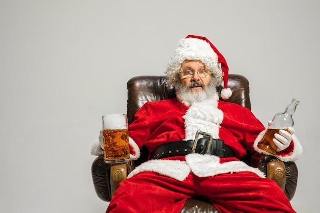 Kerstman trekt enorme zak vol kerstcadeaus geïsoleerd op witte achtergrond