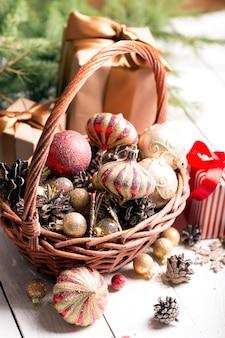 Kerstmand met rode en gouden ornamenten