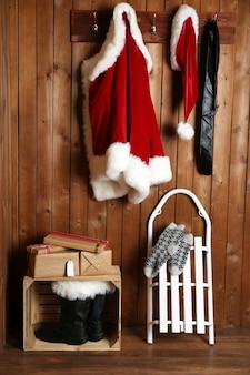 Kerstmankostuum hangend aan houten muur