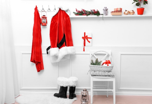 Kerstmankostuum hangend in witte kamer